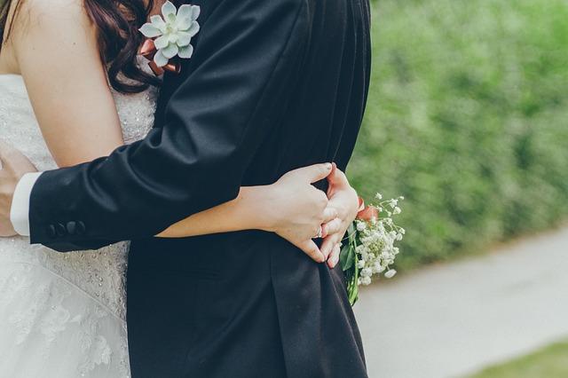 結婚式にふさわしいスーツスタイルとは?