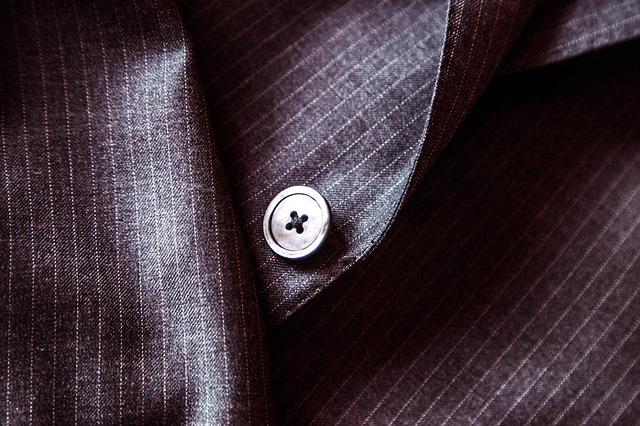 スーツの「テカり問題」原因と対処法